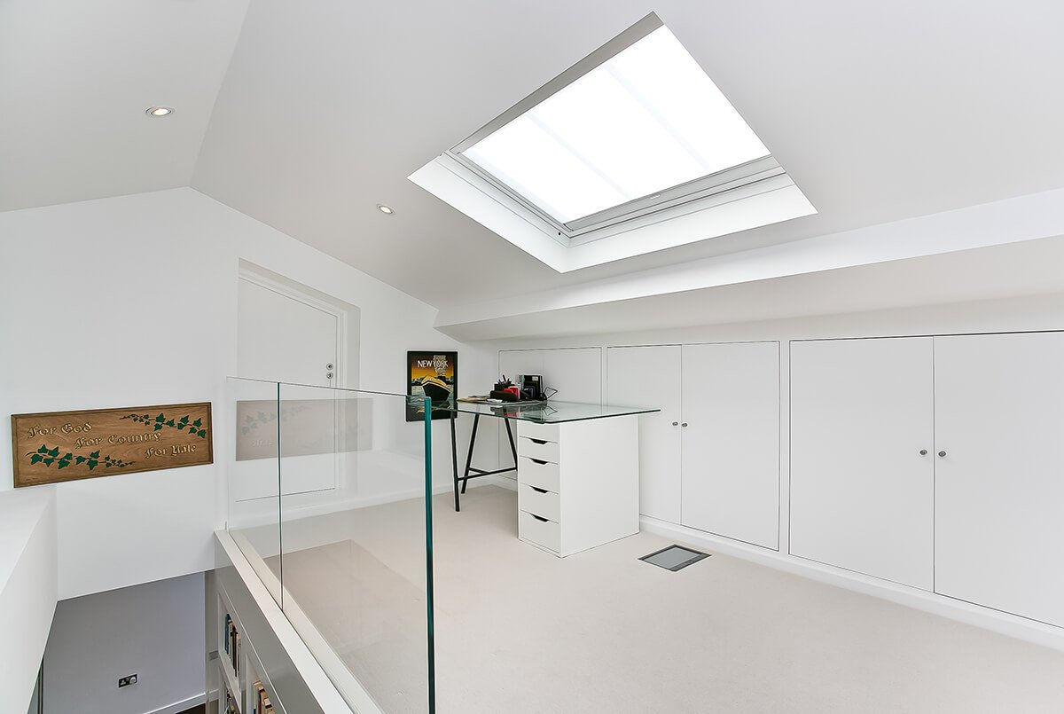 mezzanoine area with en-suite and plenty of storage in south kensington, london
