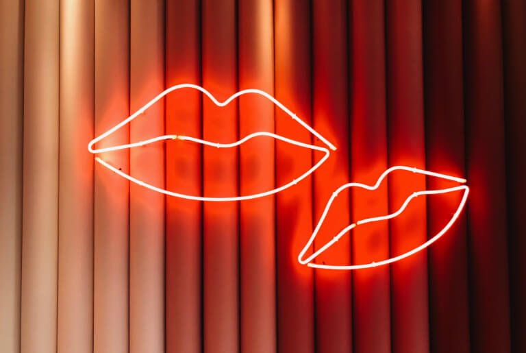 neon lips- decor spotted by TEMZA design and build studio at DECOREX 2018