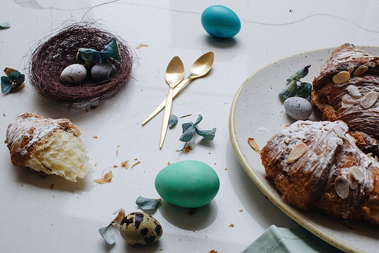 easter decor ideas with coloured eggs